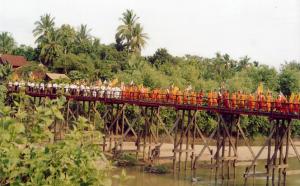Dhammayietra passing through Pursat province, 2005